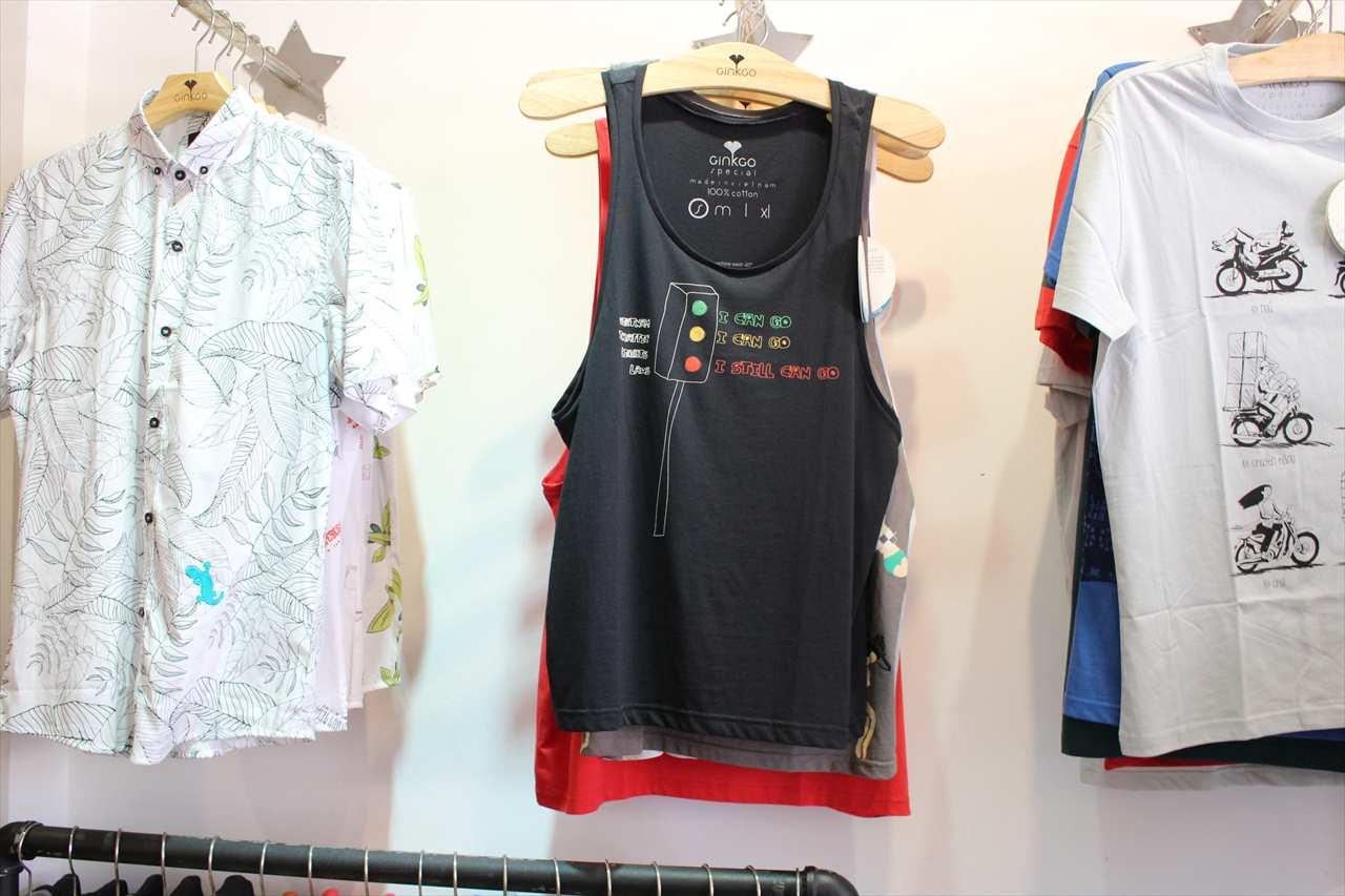 ホーチミンの雑貨店に並ぶ洋服