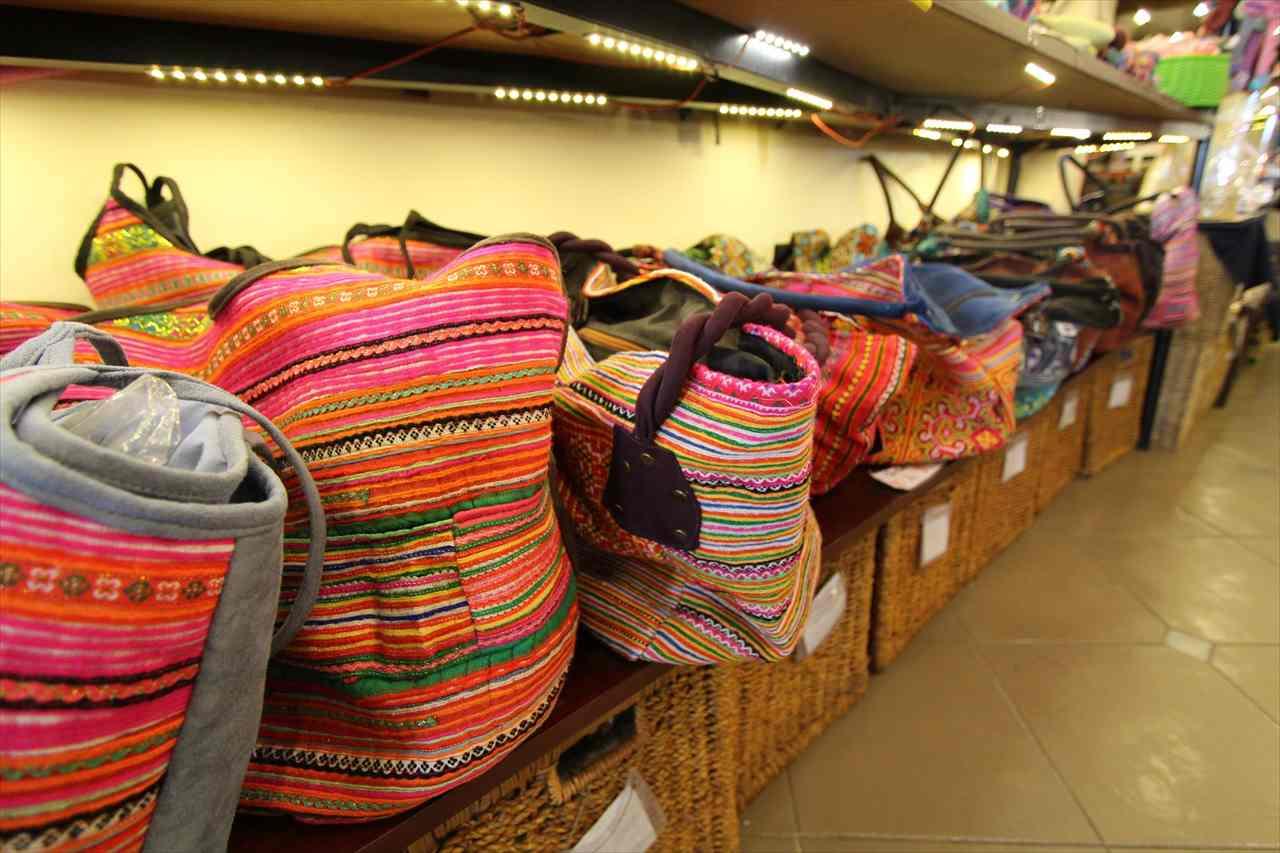 少数民族の衣装生地のバッグ