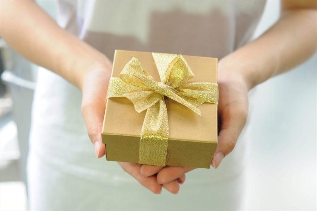 女性がプレゼントを贈る写真
