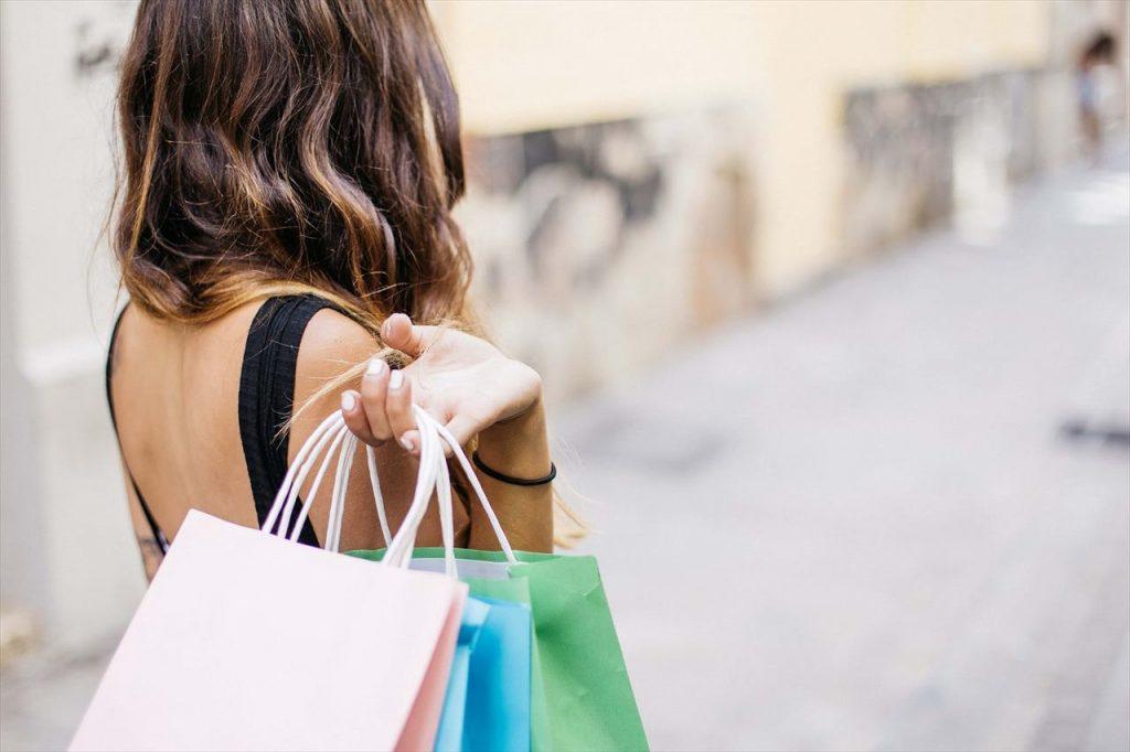 ショッピングバッグを持つ女性の写真