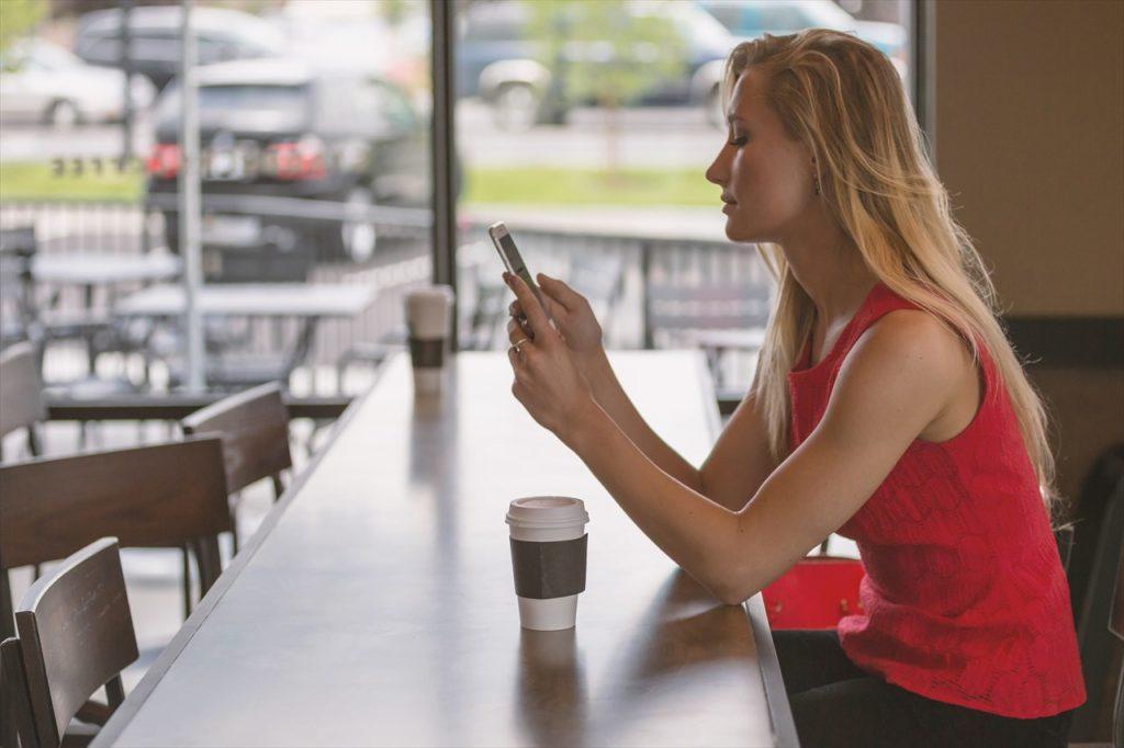 女性とカフェ