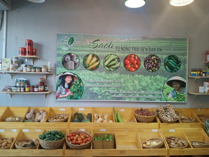 あらゆる自然食品を販売する「チョーミンクエ(Cho Minh Que)」